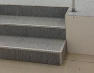 TOPfloor  Treppe (hier mit 3 Steigungen, PVC-Belag und Alutrittkantenprofilen)
