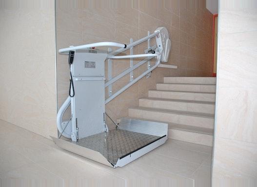 Omega Plattformlift für sehr enge Treppen