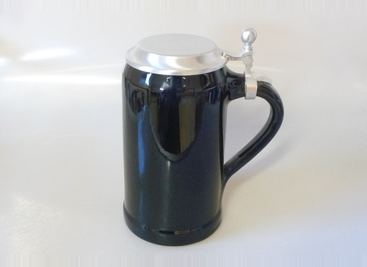 1,0l Bierkrug bayrisch glatt schwarz mit Flachtinndeckel