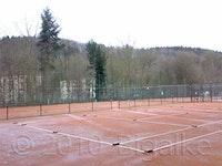 Frühjahrsinstandsetzung von einem Tennisplatz