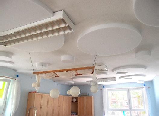 Akustikdecke mit Schallschutz Absorberplatten aus Basotect für die KiTa und Tagespflege